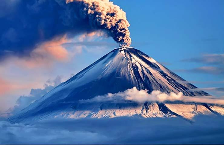 Вулкан Ключевская Сопка. Извержение. Пепел. Зима.