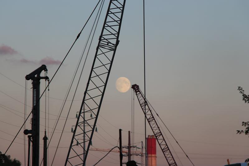 Супер-Луна и стройка. ©  abc2home.ru by Sergey Ov